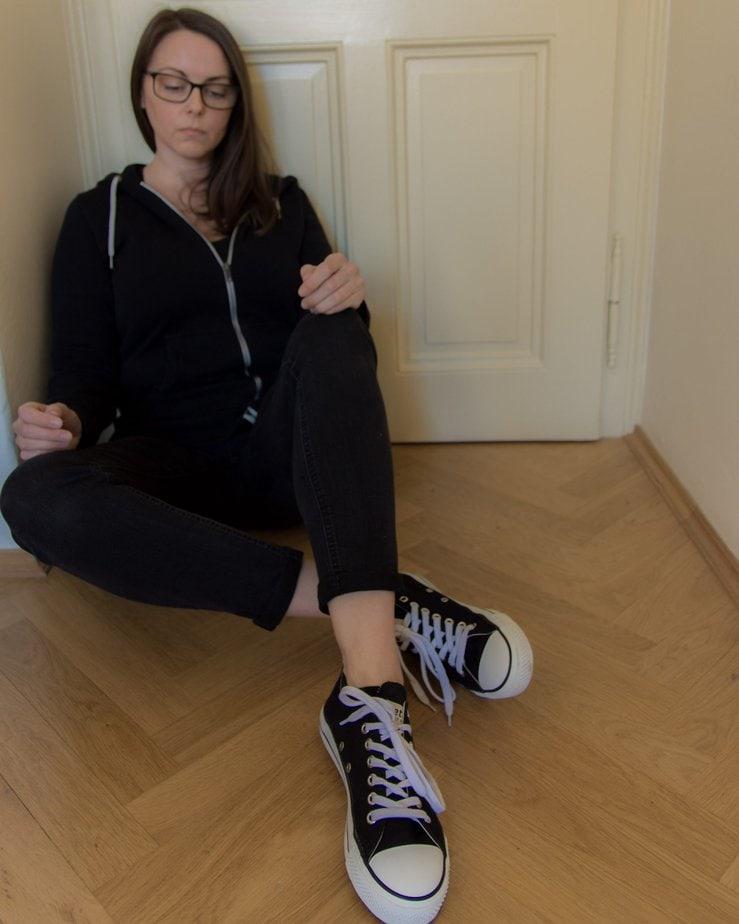 randi wearing ethletic vegan sneakers
