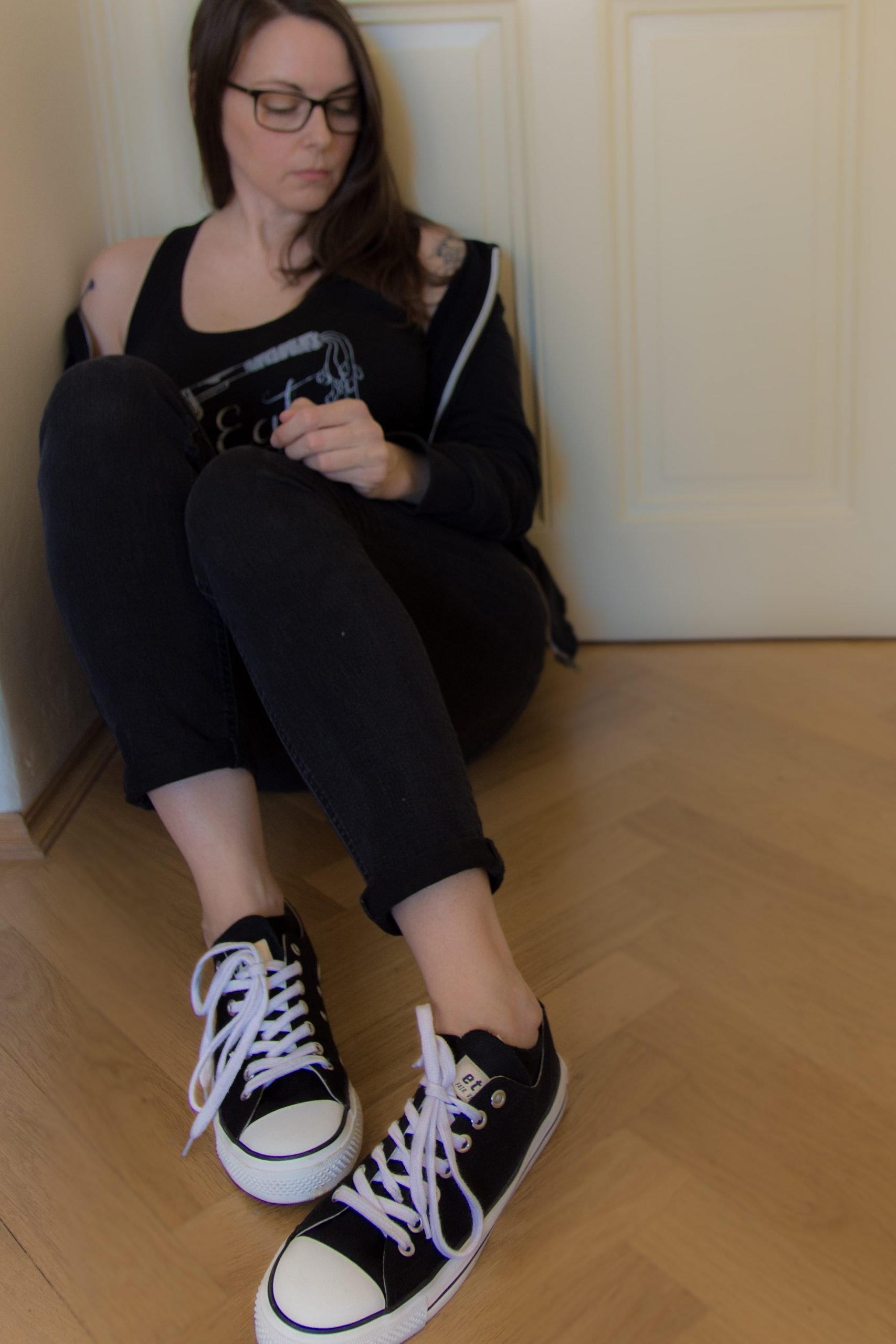 randi wearing ethletic vegan sneakers
